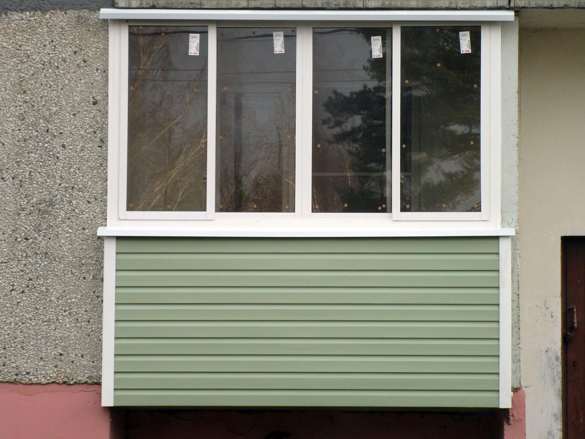 Зеленый сайдинг в отделке балкона