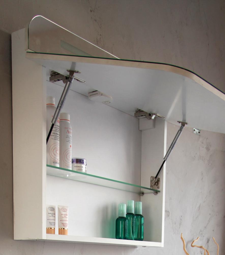 Зеркало с полочками в ванной