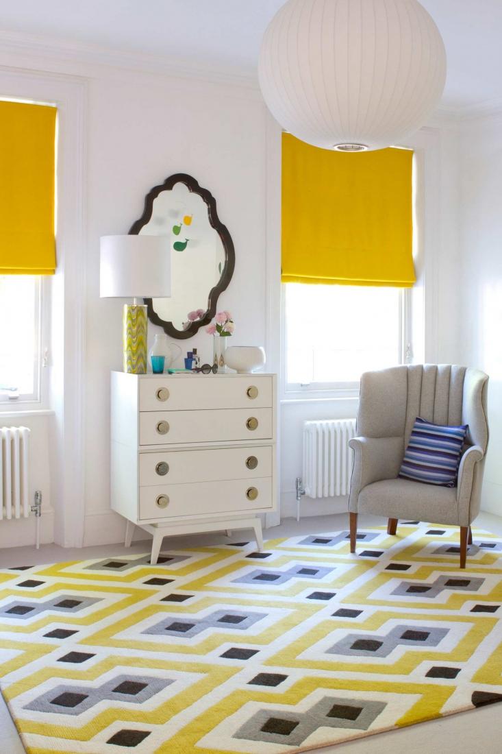 Желтый ковер в гостиной