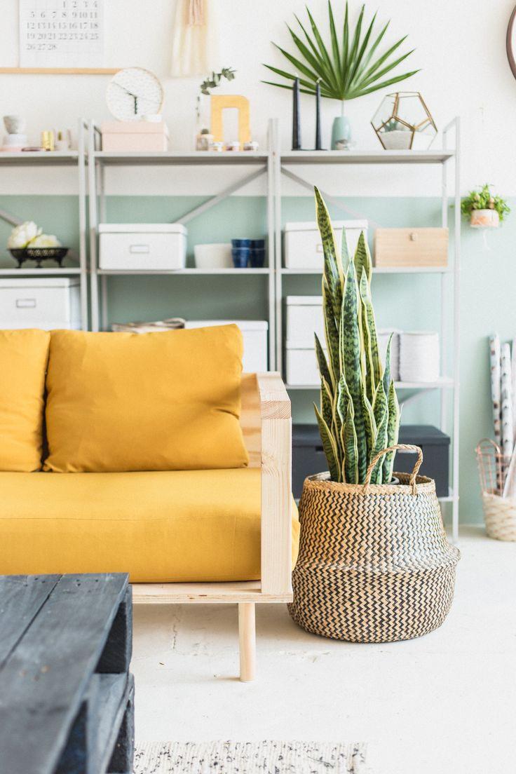 Желтый деревянный диван