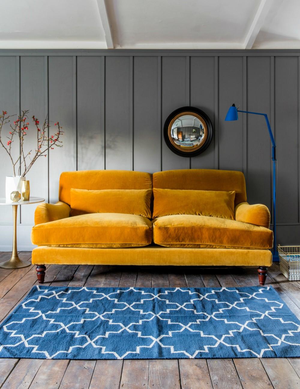 Желтый велюровый диван