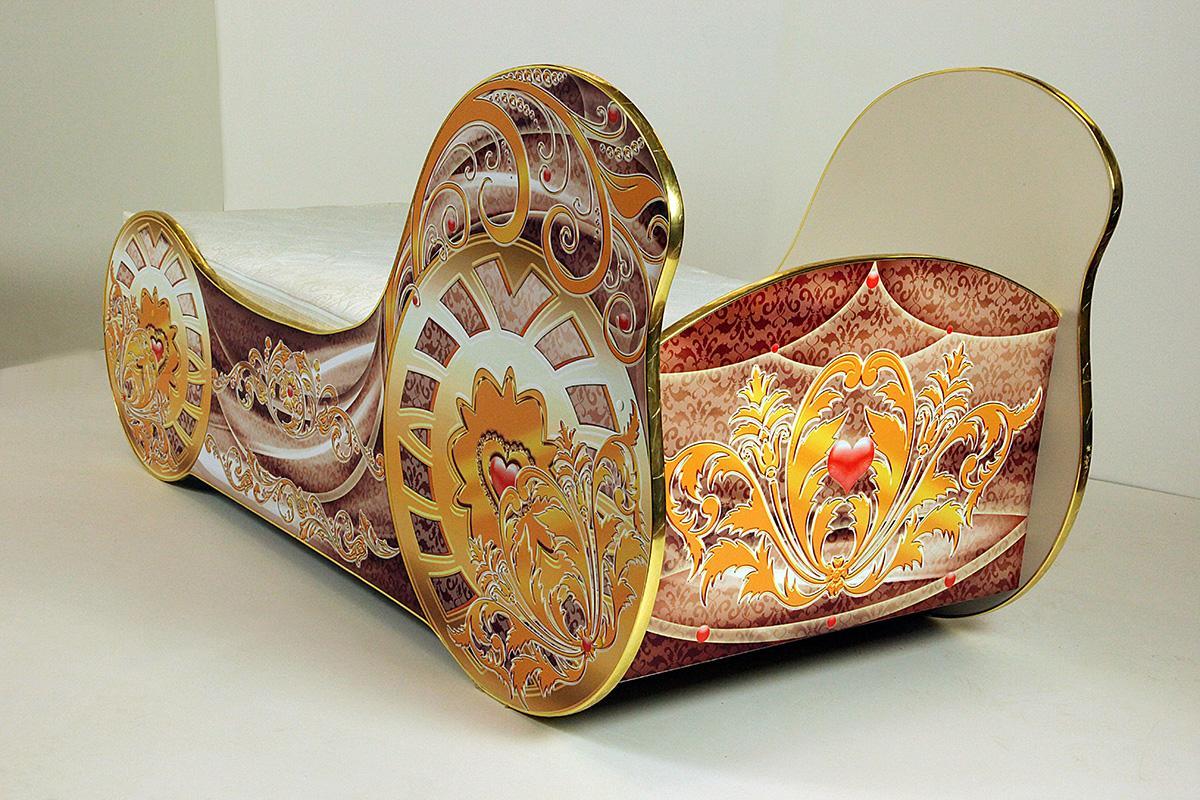 Кровать-карета с золотыми краями