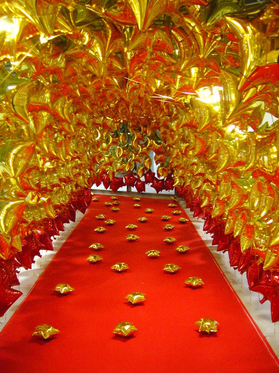 Золотые воздушные шары в оформлении праздника