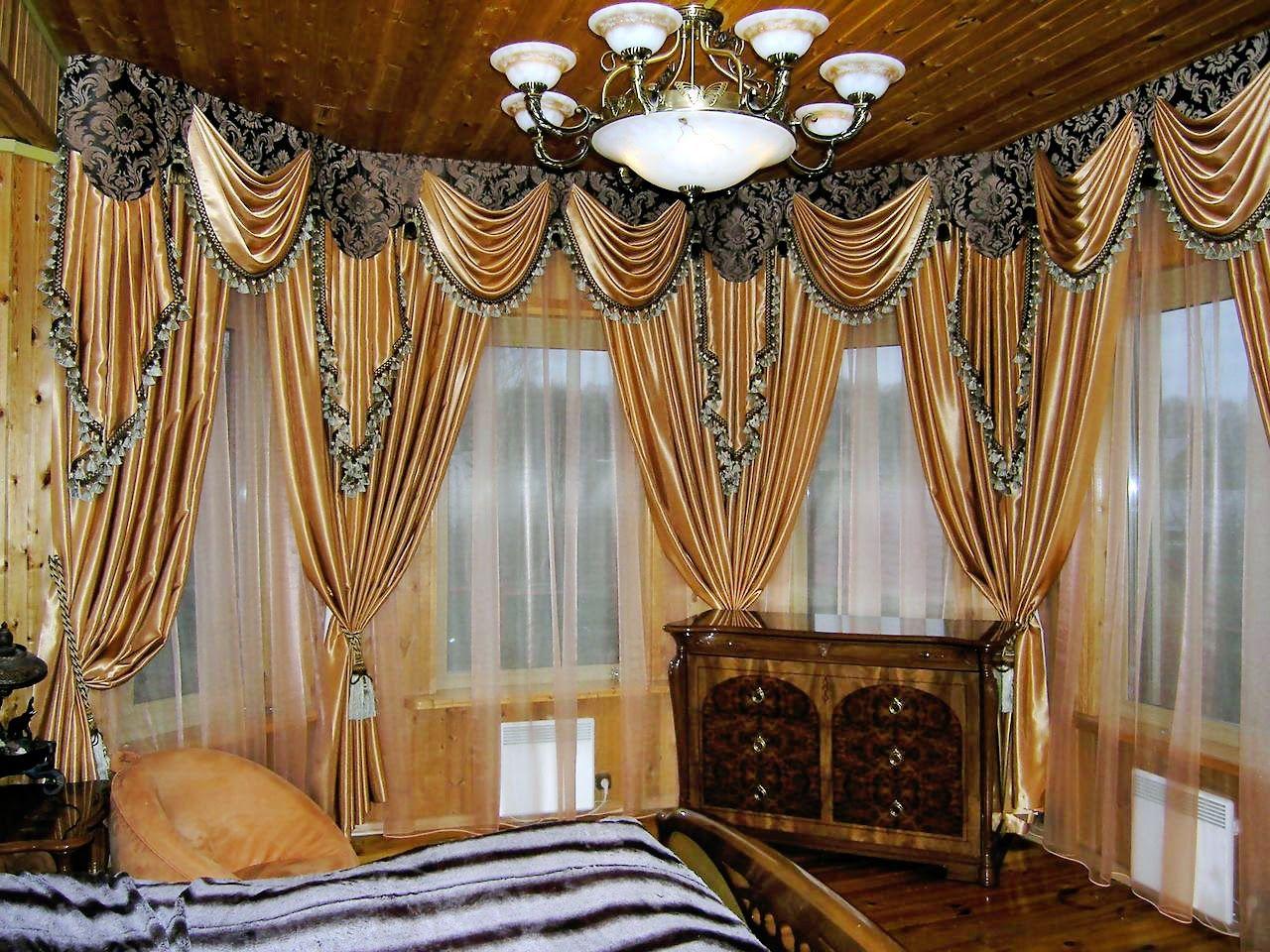 Классические шторы из золотой парчи