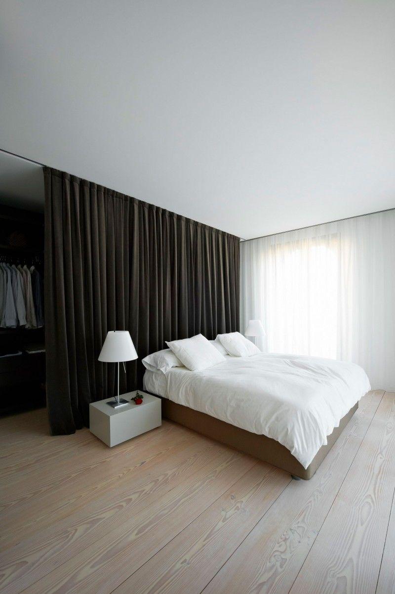 Черные шторы в зонировании комнаты