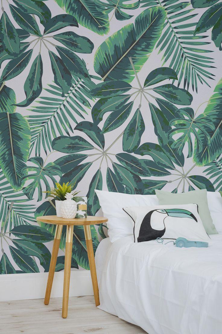 Акцент на стене с зелеными обоями