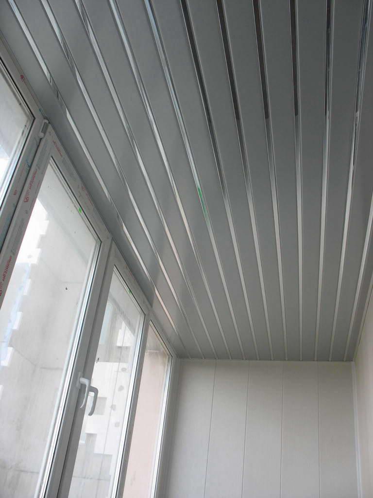 Панели на потолке балкона