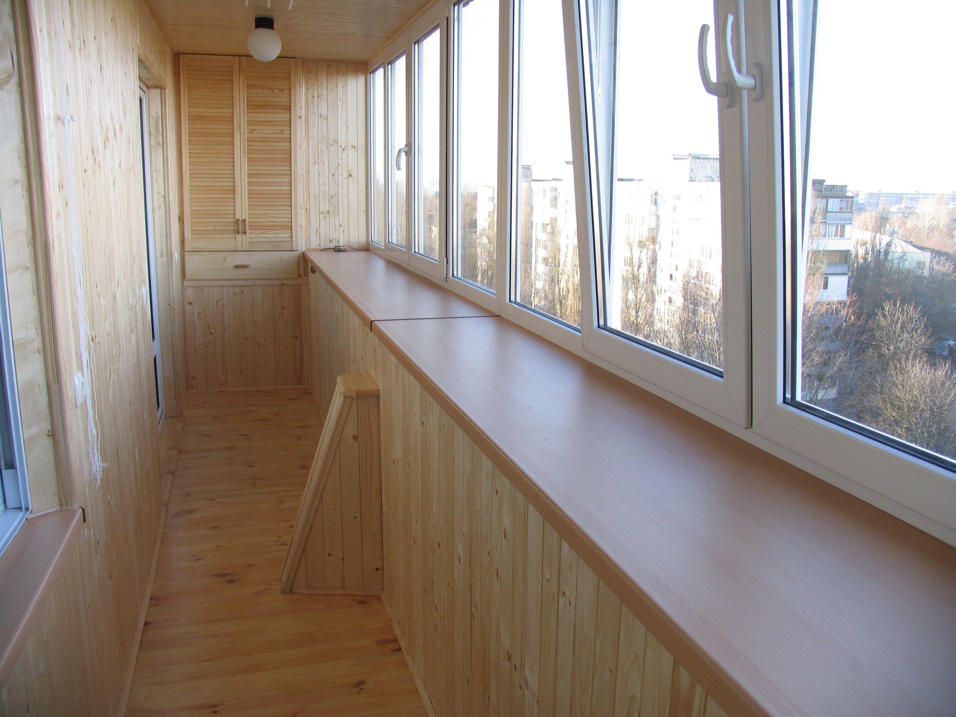 Деревянный подоконник на балконе