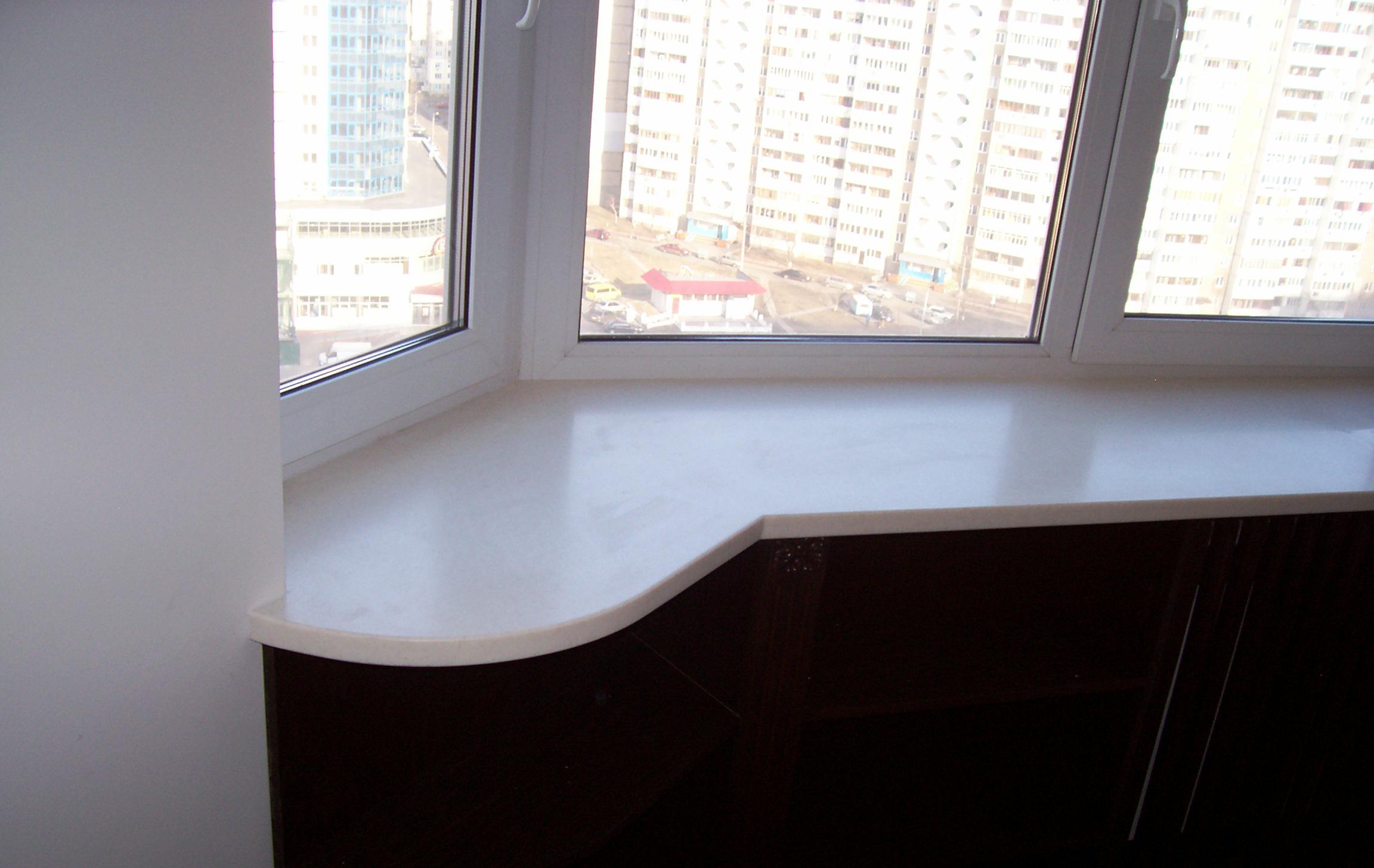 Пластиковый подоконник на балконе