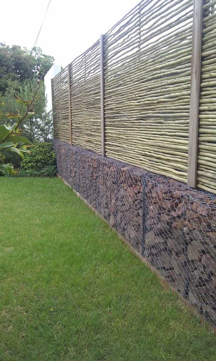Забор из габионов и бамбука