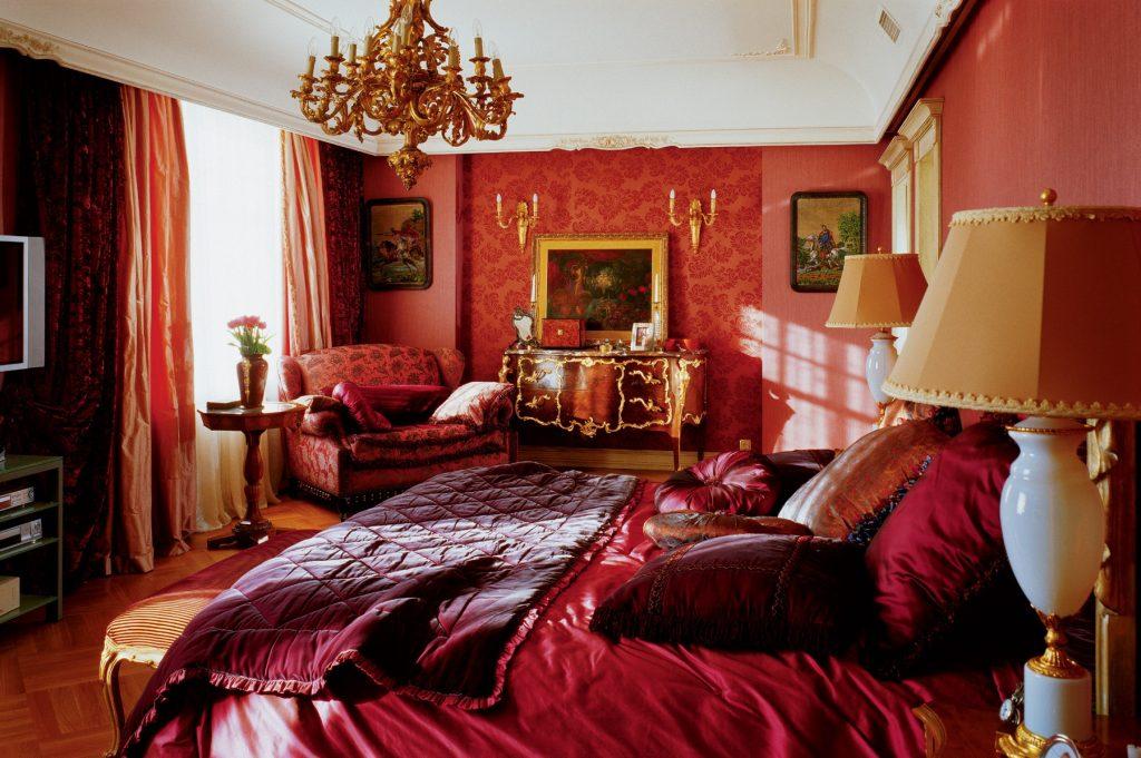 Красные обои в стиле барокко
