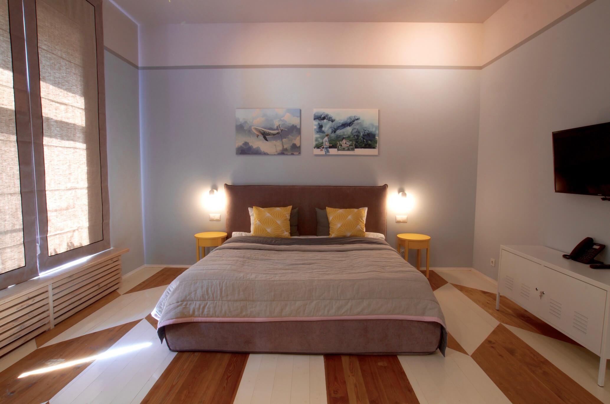 Бежевая кровать для дачи
