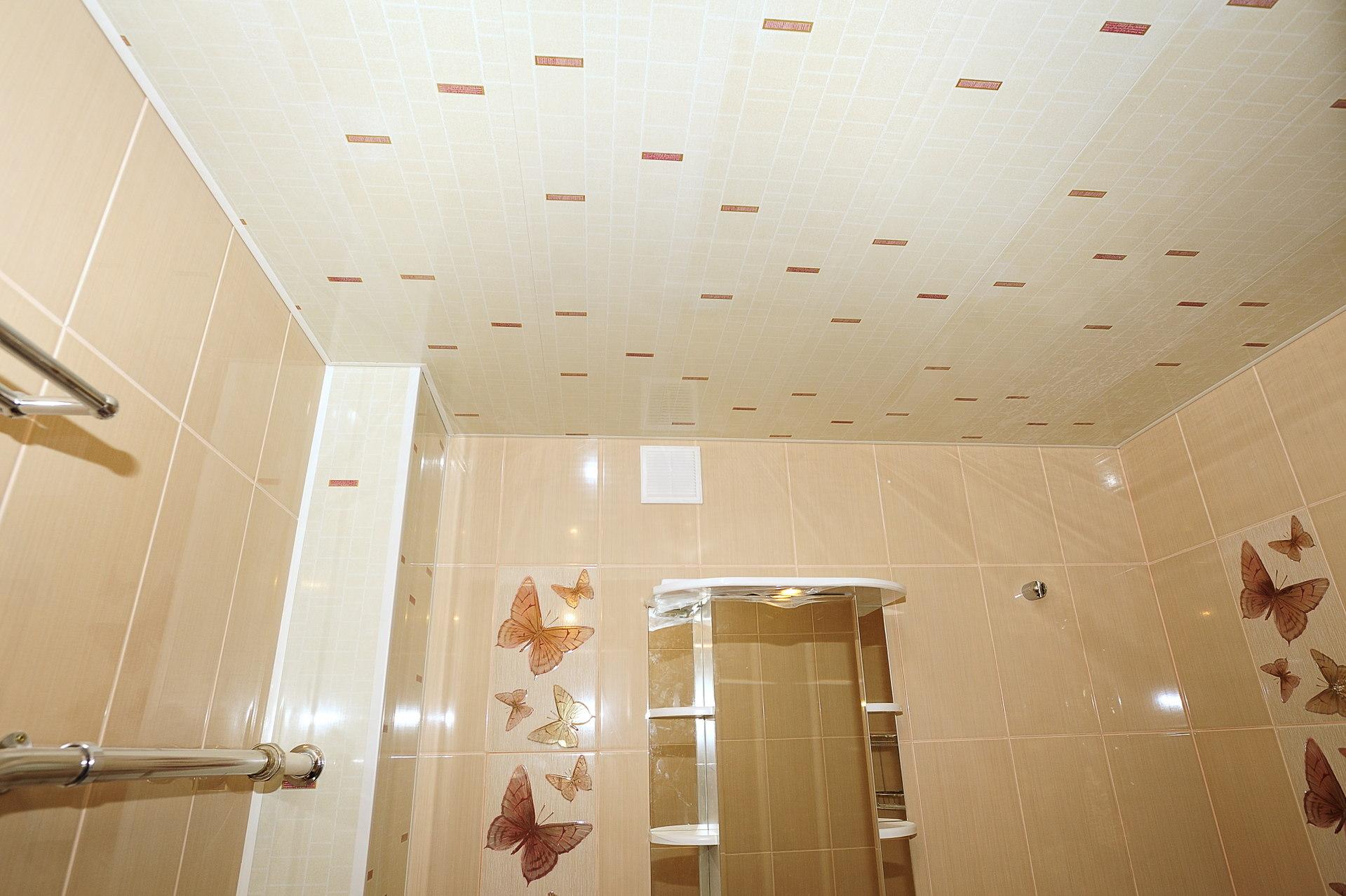 Бежевые панели на потолке