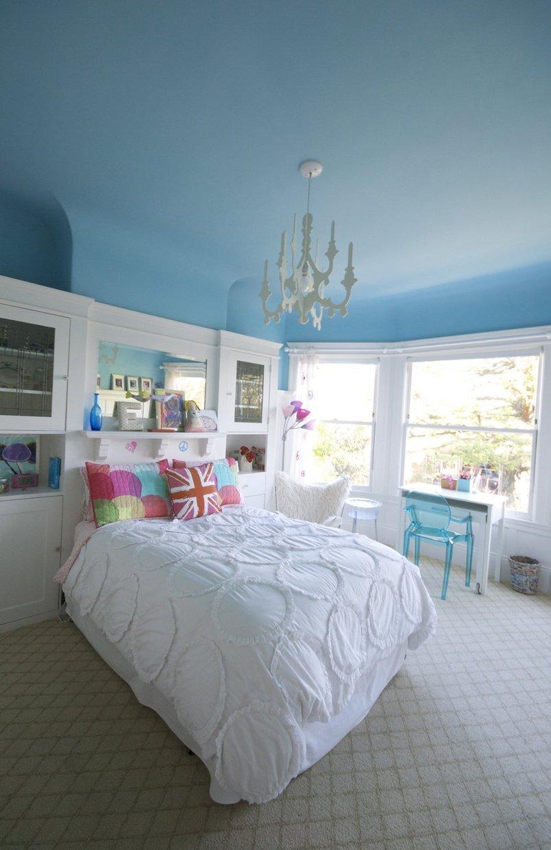Голубой потолок в интерьере белой спальни
