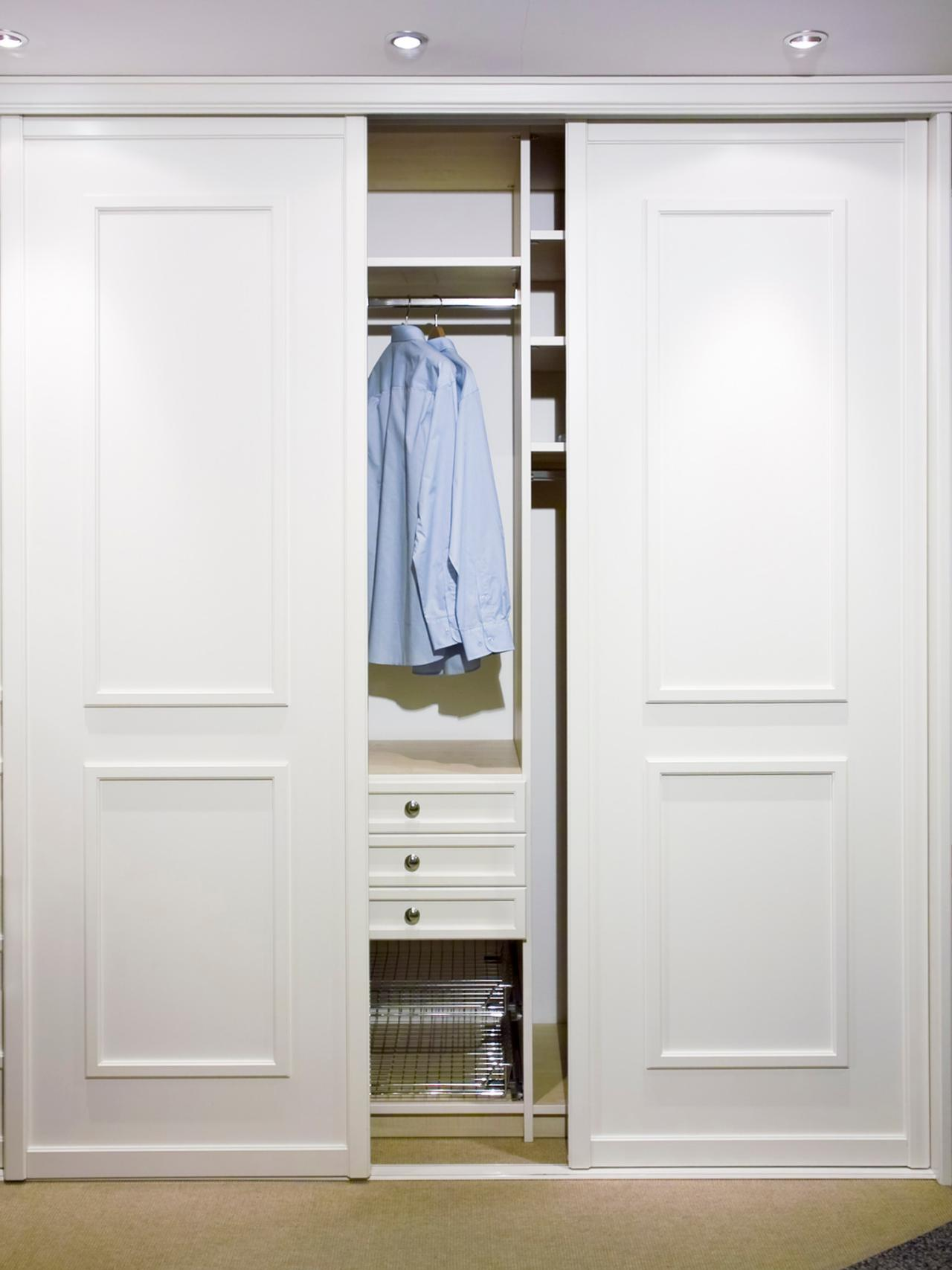 Дверь белого цвета в гардеробную