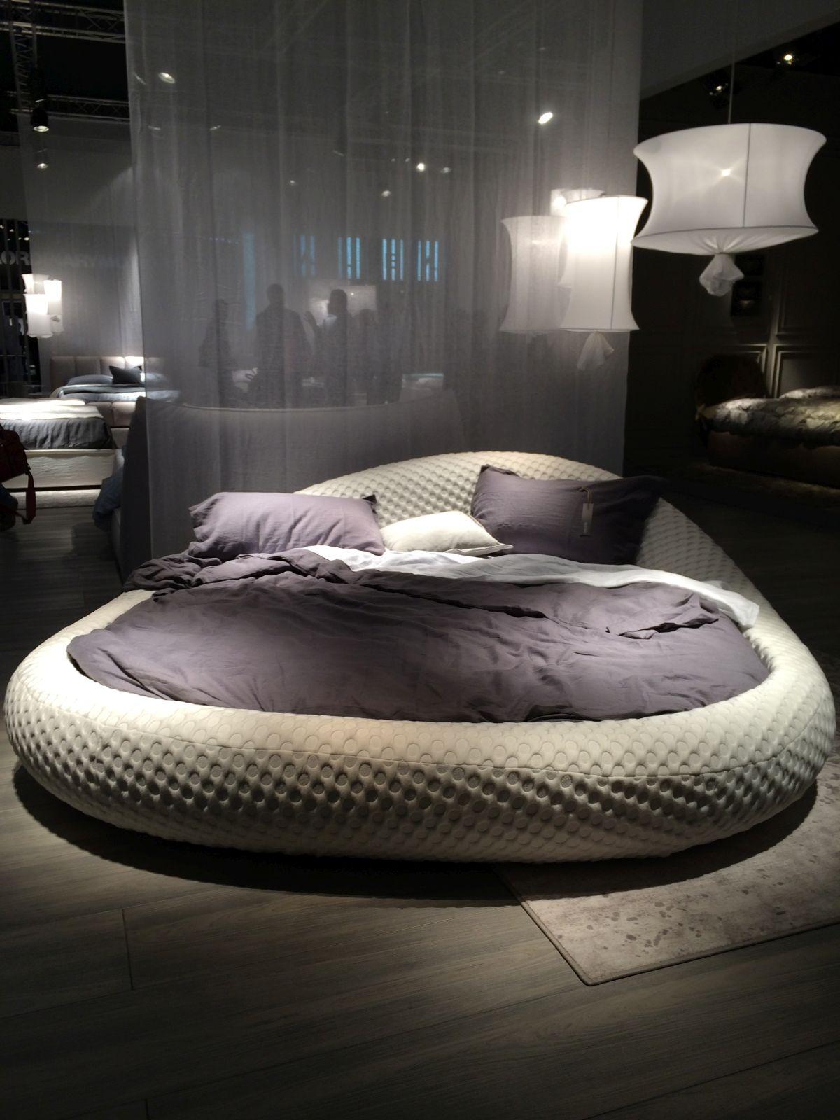 Белая овальная кровать