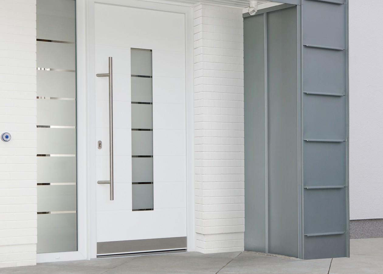 Входная белая дверь МДФ