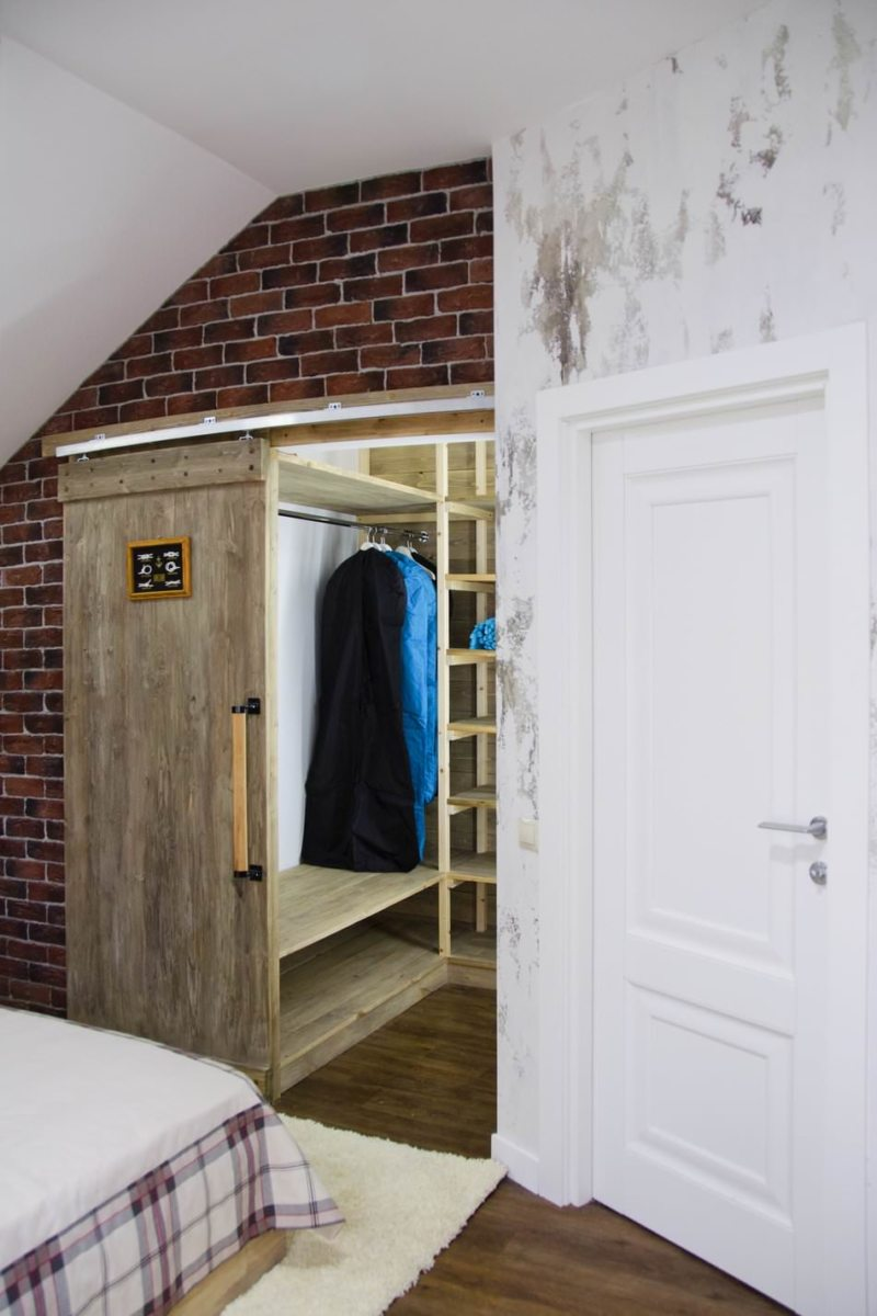 Белая дверь в спальню