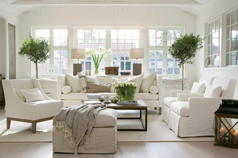 Оформление окна без штор в белой гостиной
