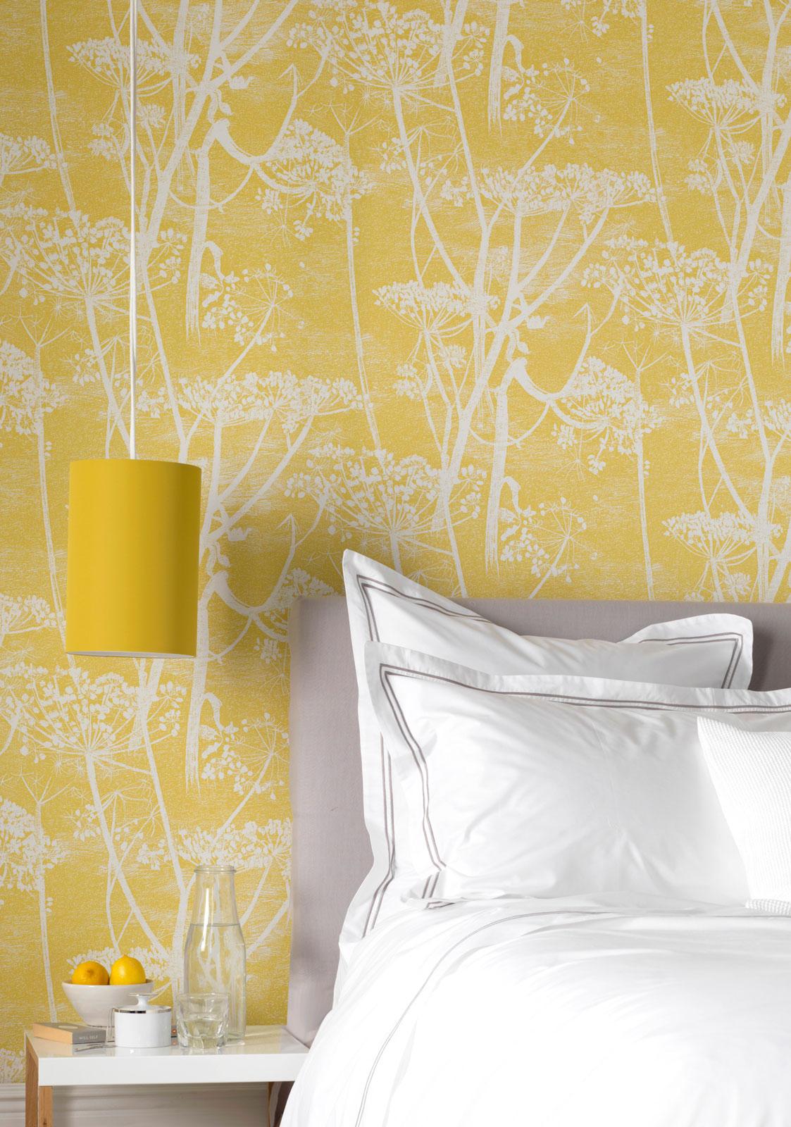 Желтые обои с белым рисунком