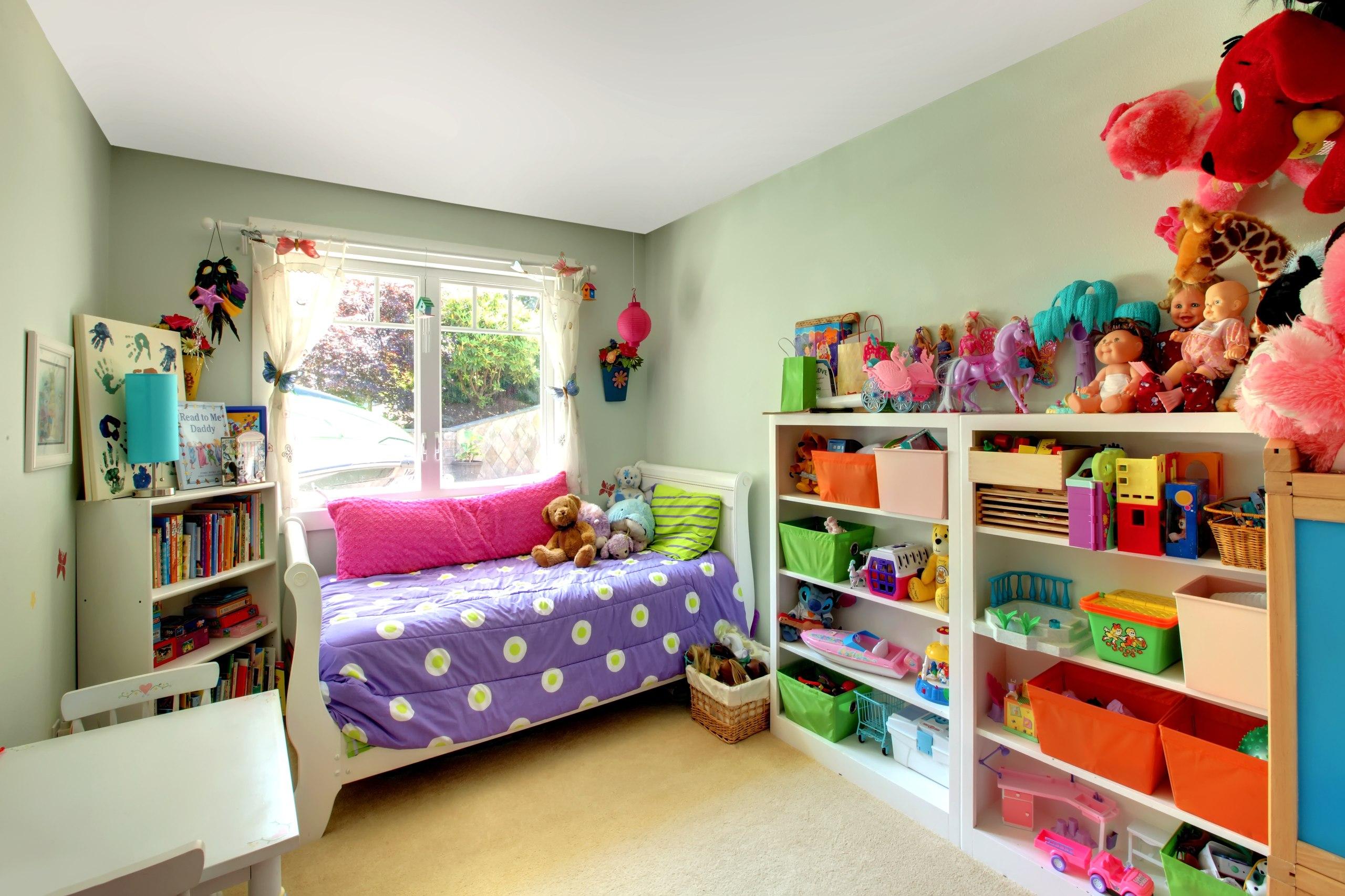Белый потолок в детской для девочки