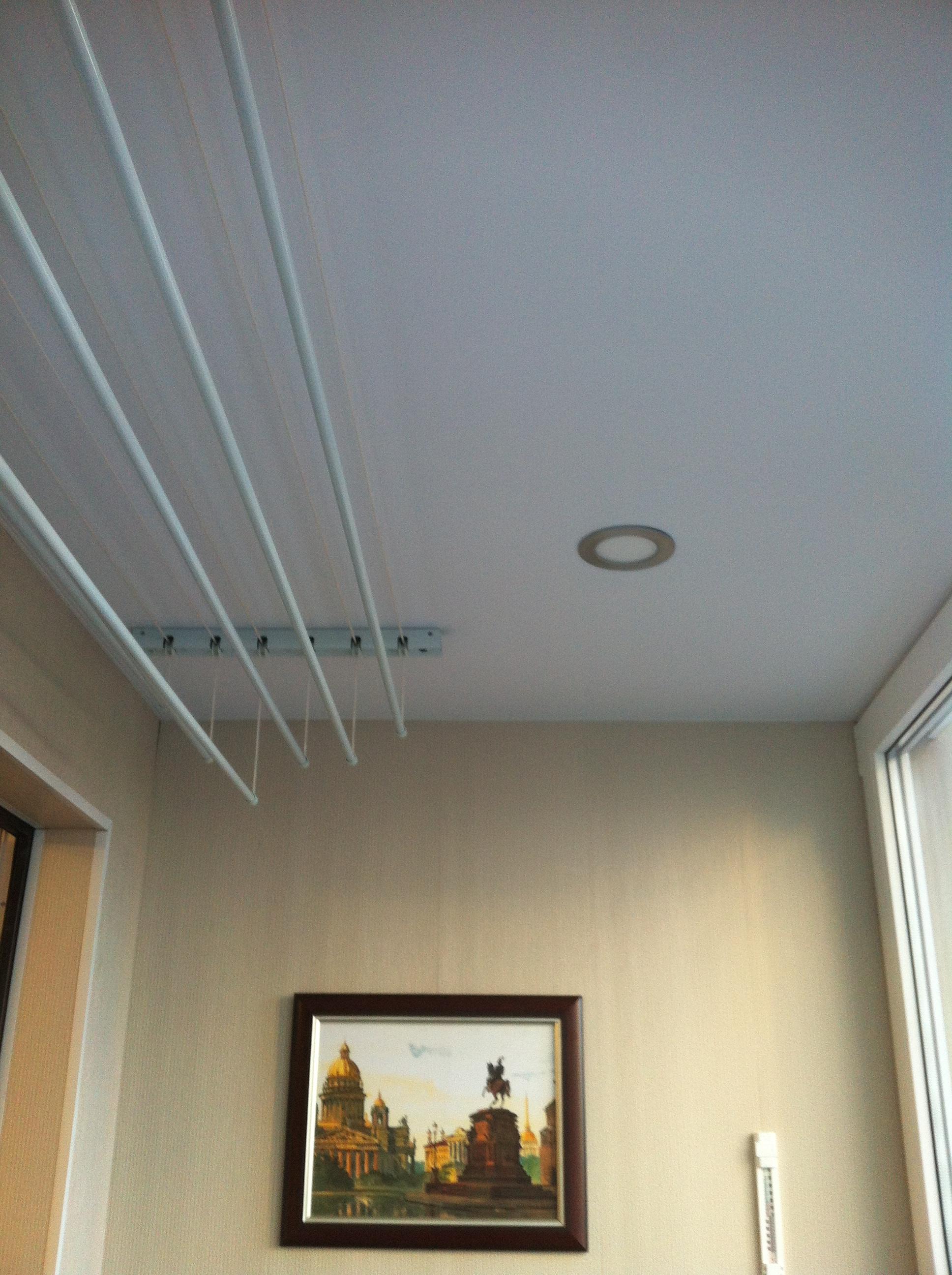 Белый потолок на балконе