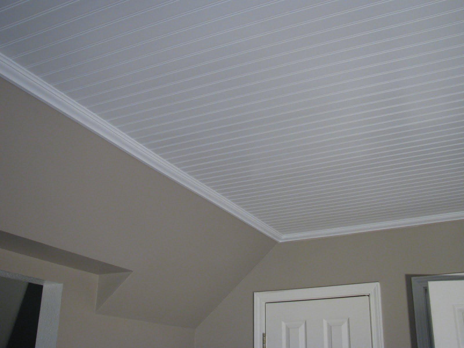 Потолок из белых панелей ПВХ