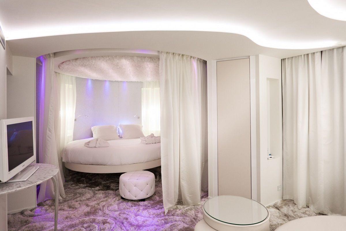 Овальная кровать без изголовья
