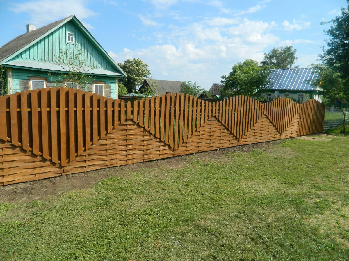 Забор из штакетника вокруг частного дома