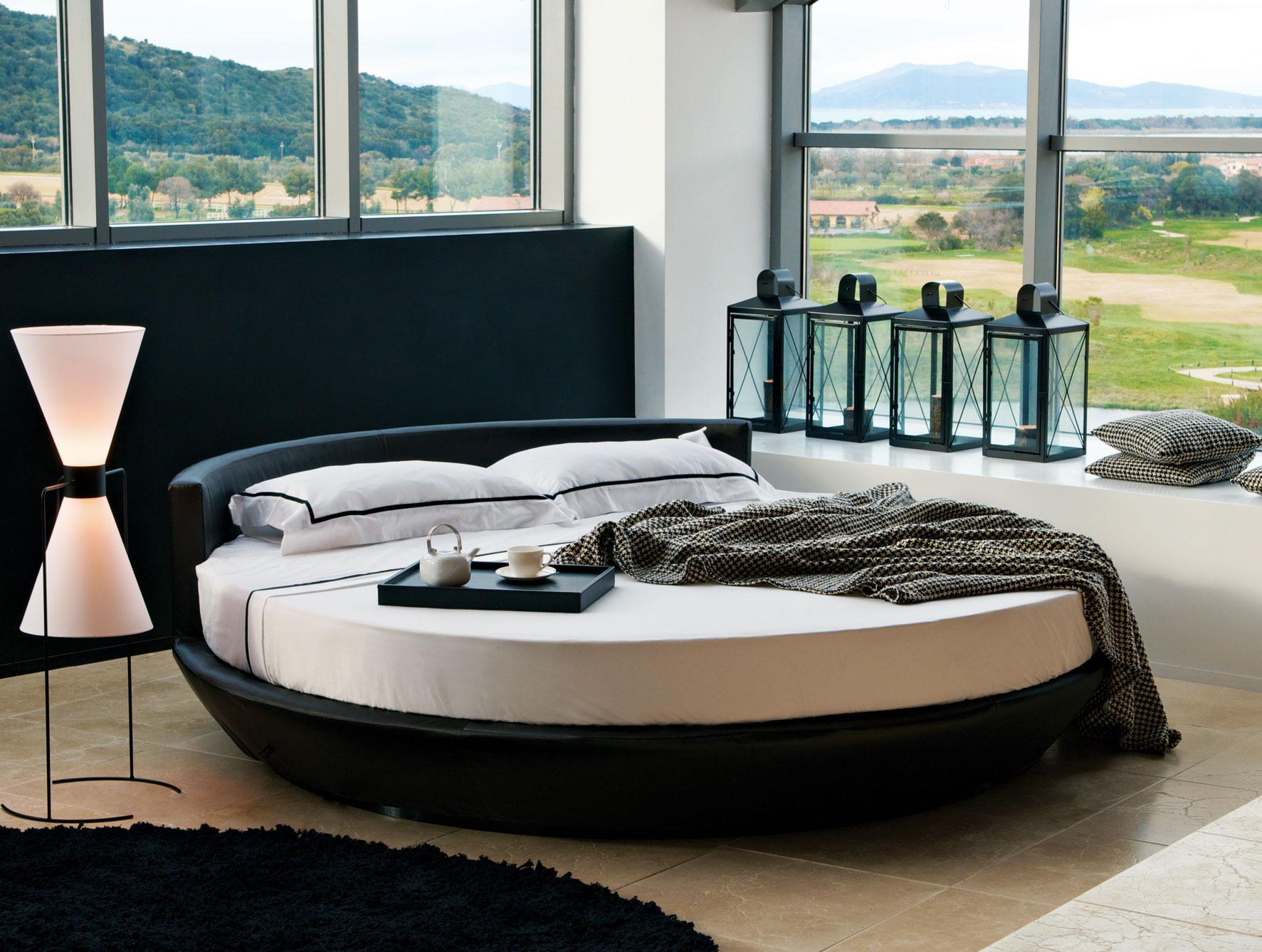 Овальная черная кровать