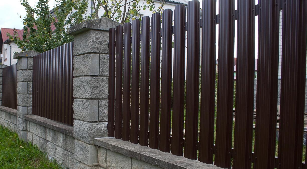 Забор из черного штакетника