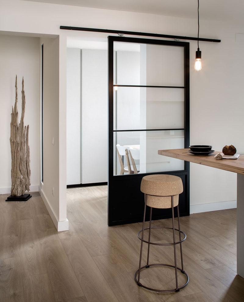 Черная кухонная дверь
