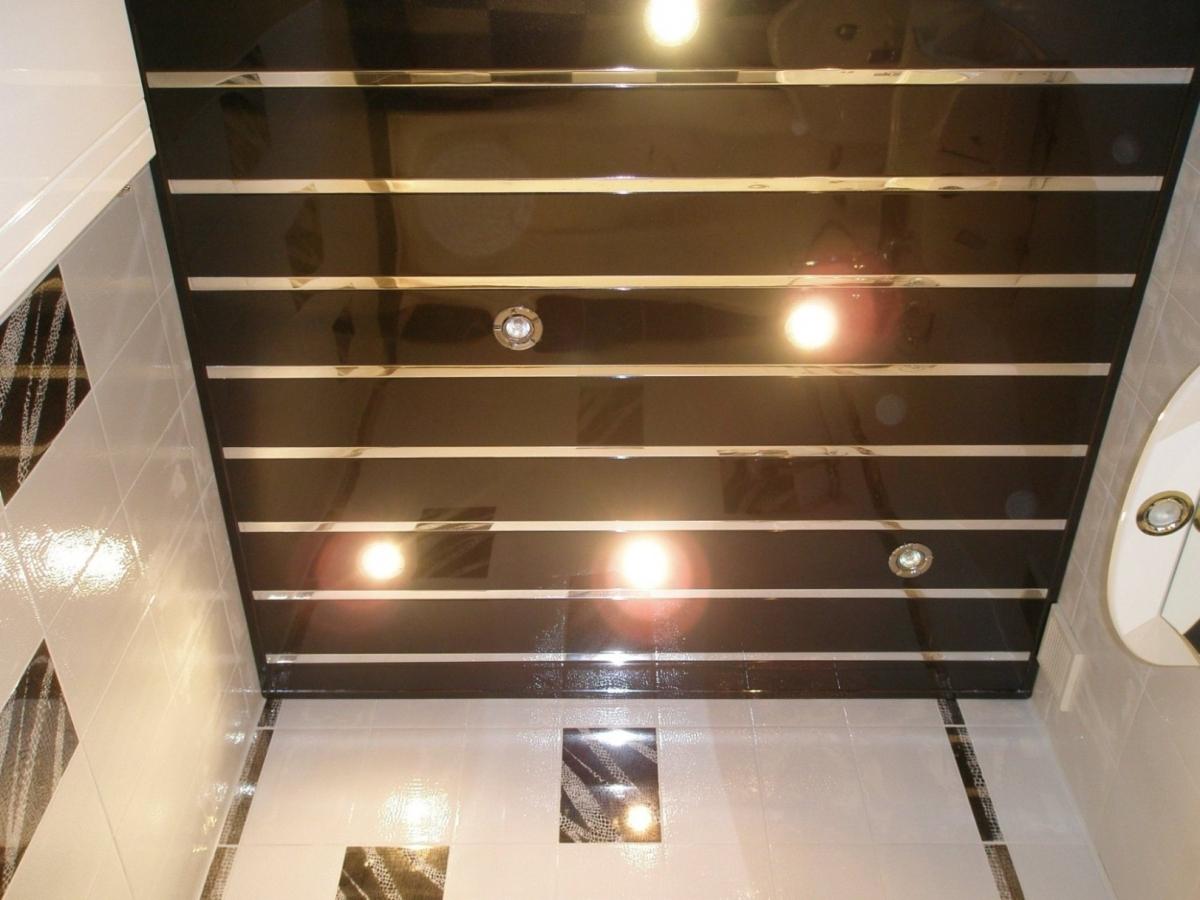 Потолок из черных панелей ПВХ