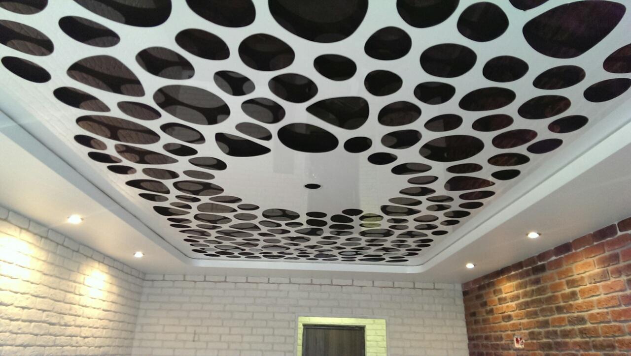 Черно-белый резной потолок