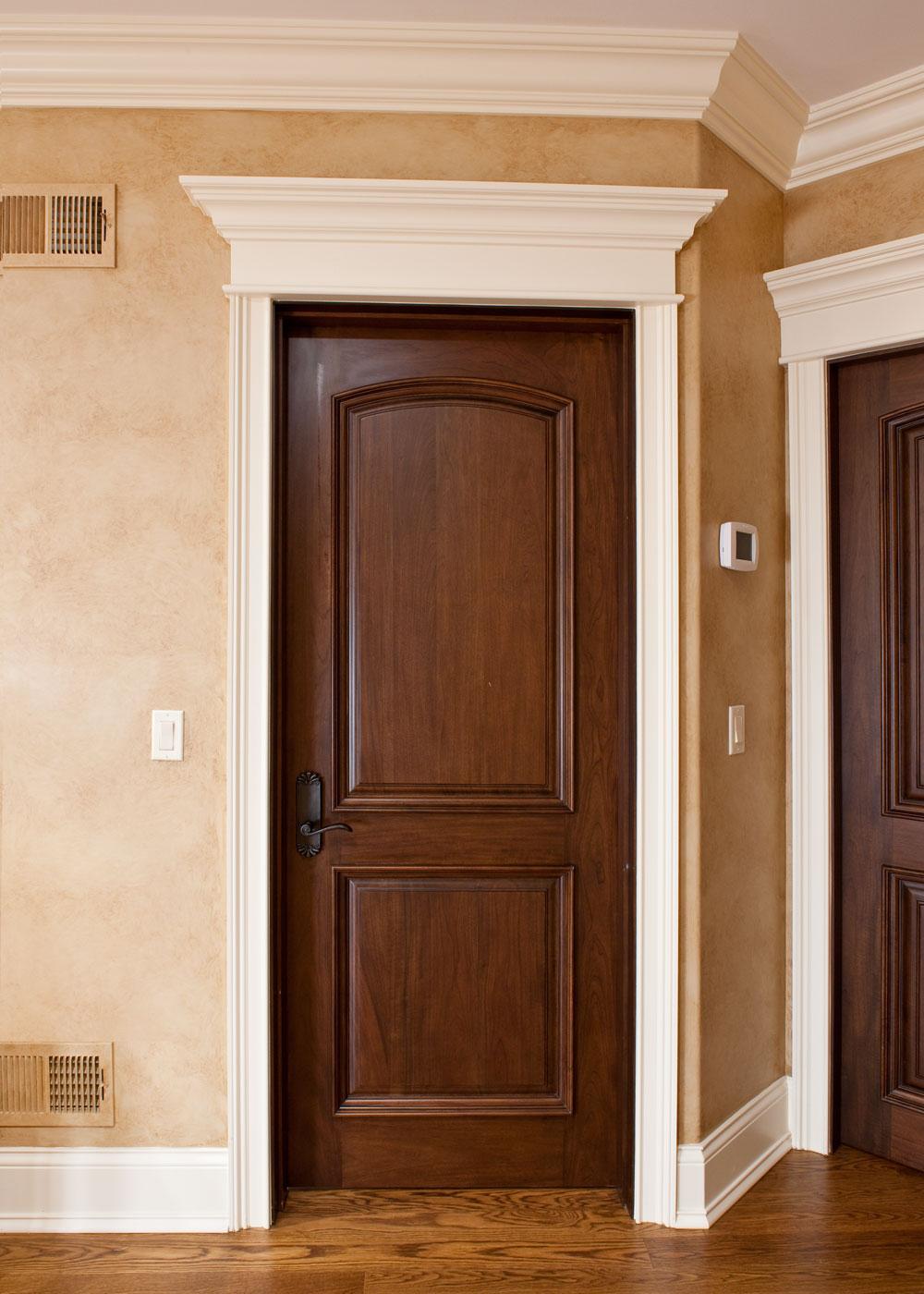 Коричневая дверь в классическом стиле