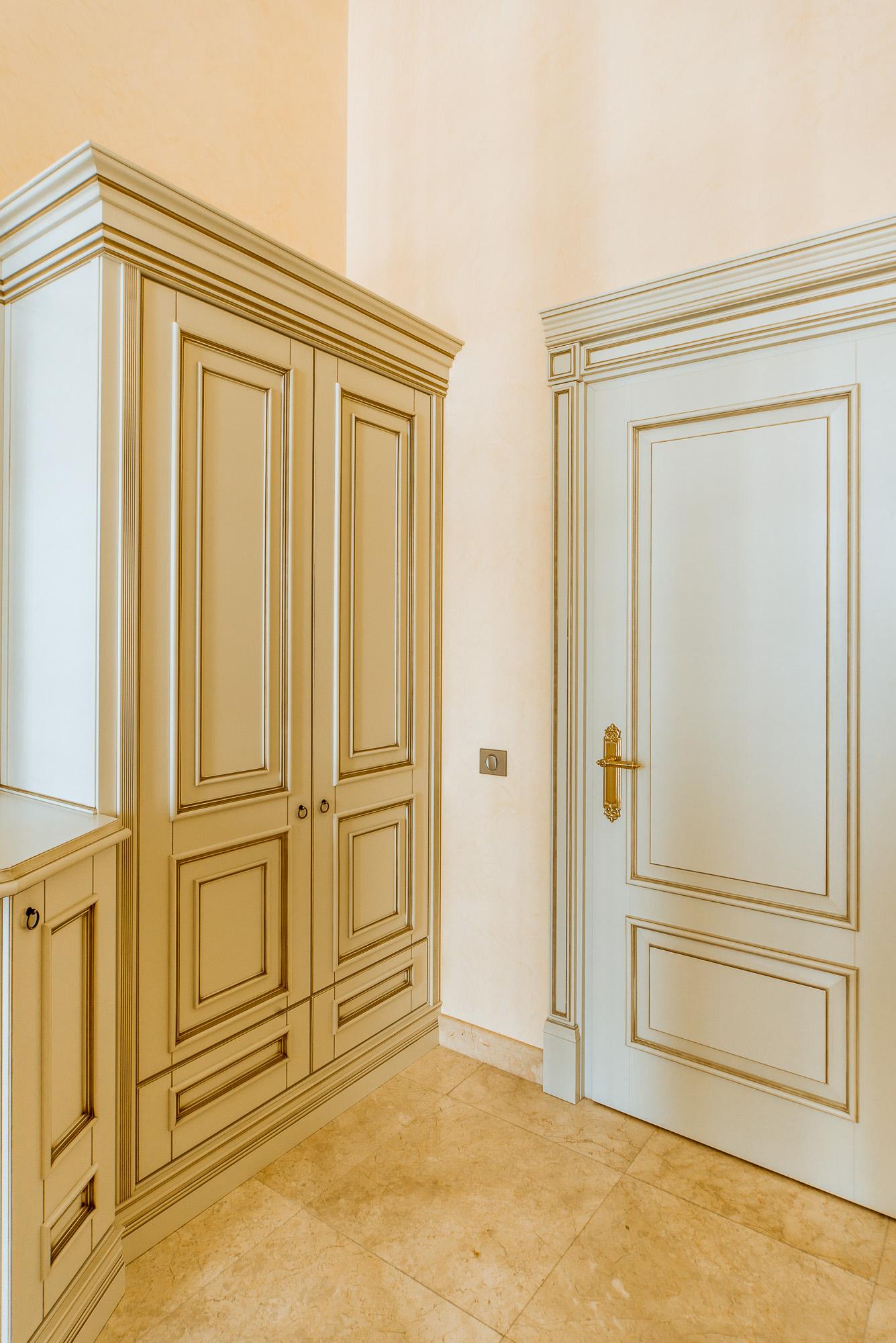 Светлая классическая дверь в интерьере