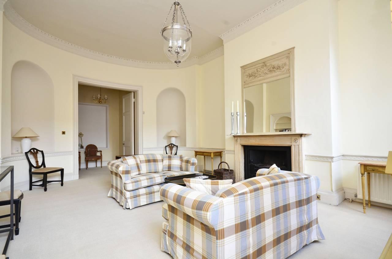 Ниша в гостиной в классическом стиле