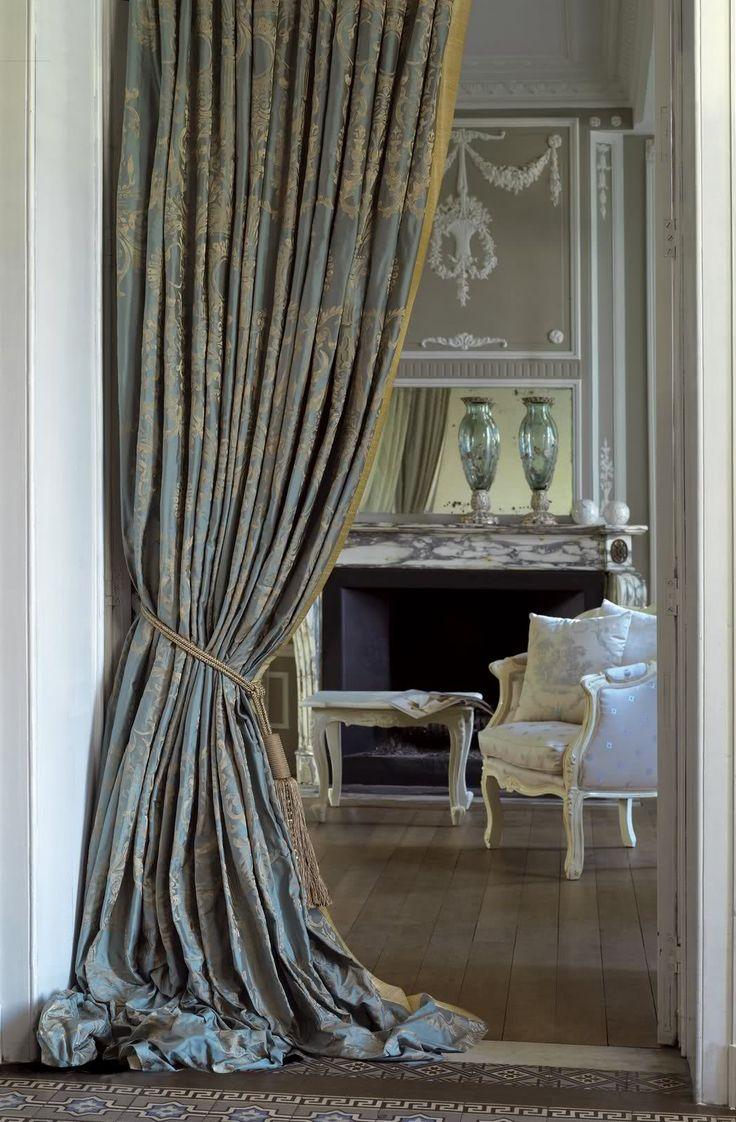 Серые шторы в классическом стиле
