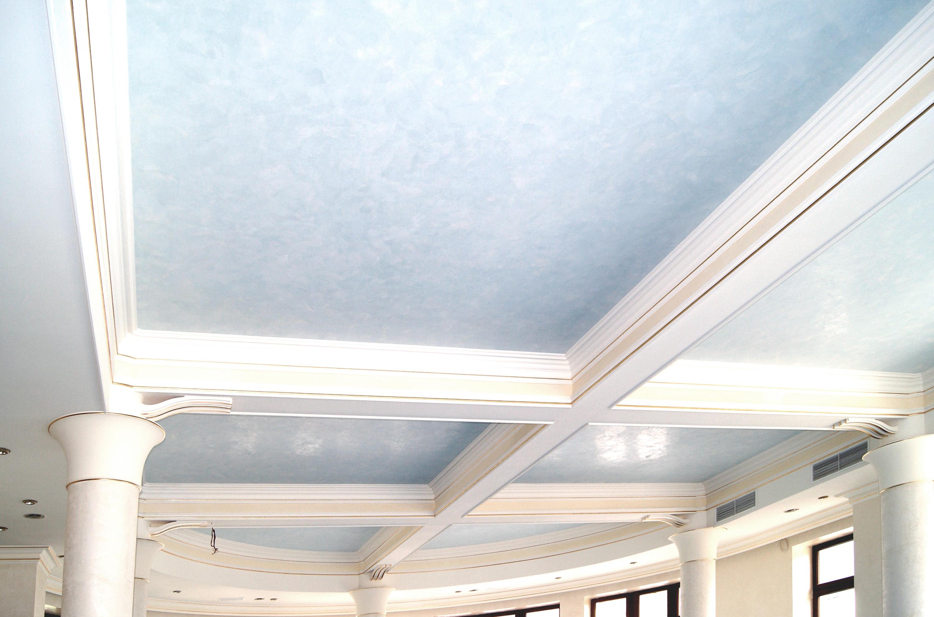Голубой потолок в классическом интерьере