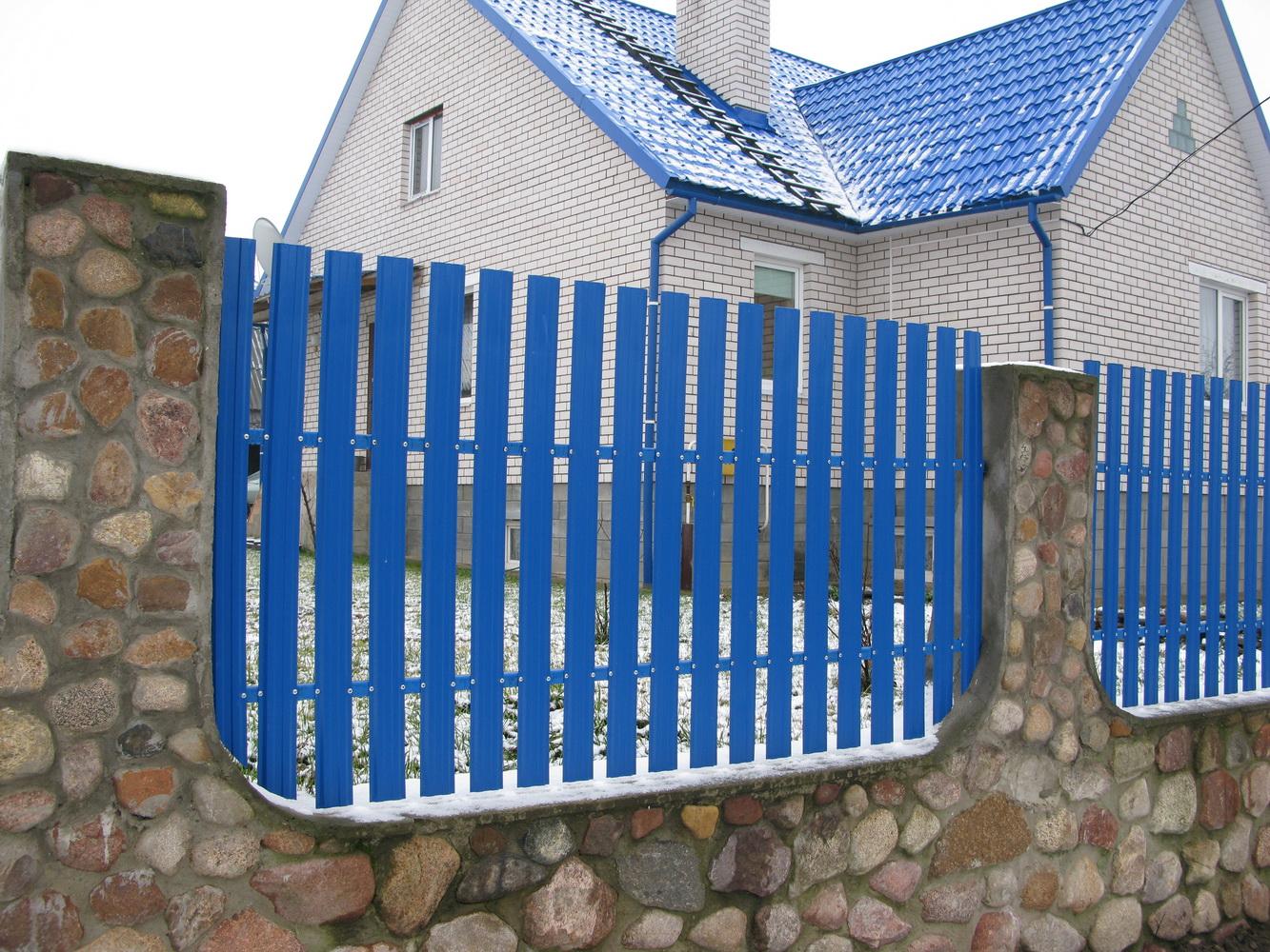 Забор из цветного штакетника