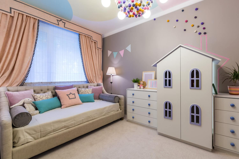 Цветной потолок в детской для девочки