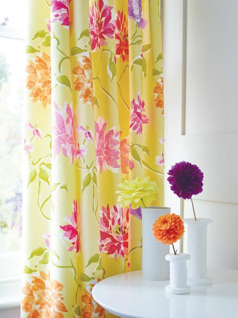 Желтые шторы с цветочным принтом