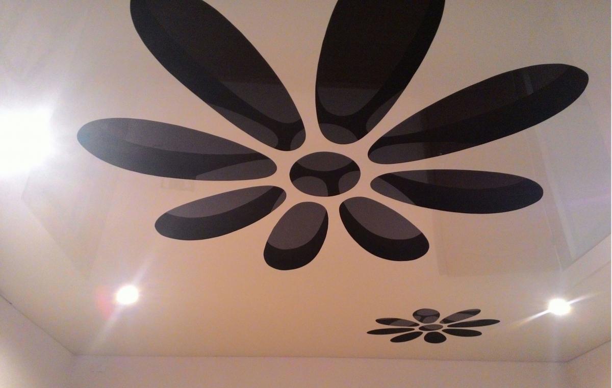 Цветок на резном натяжном потолке