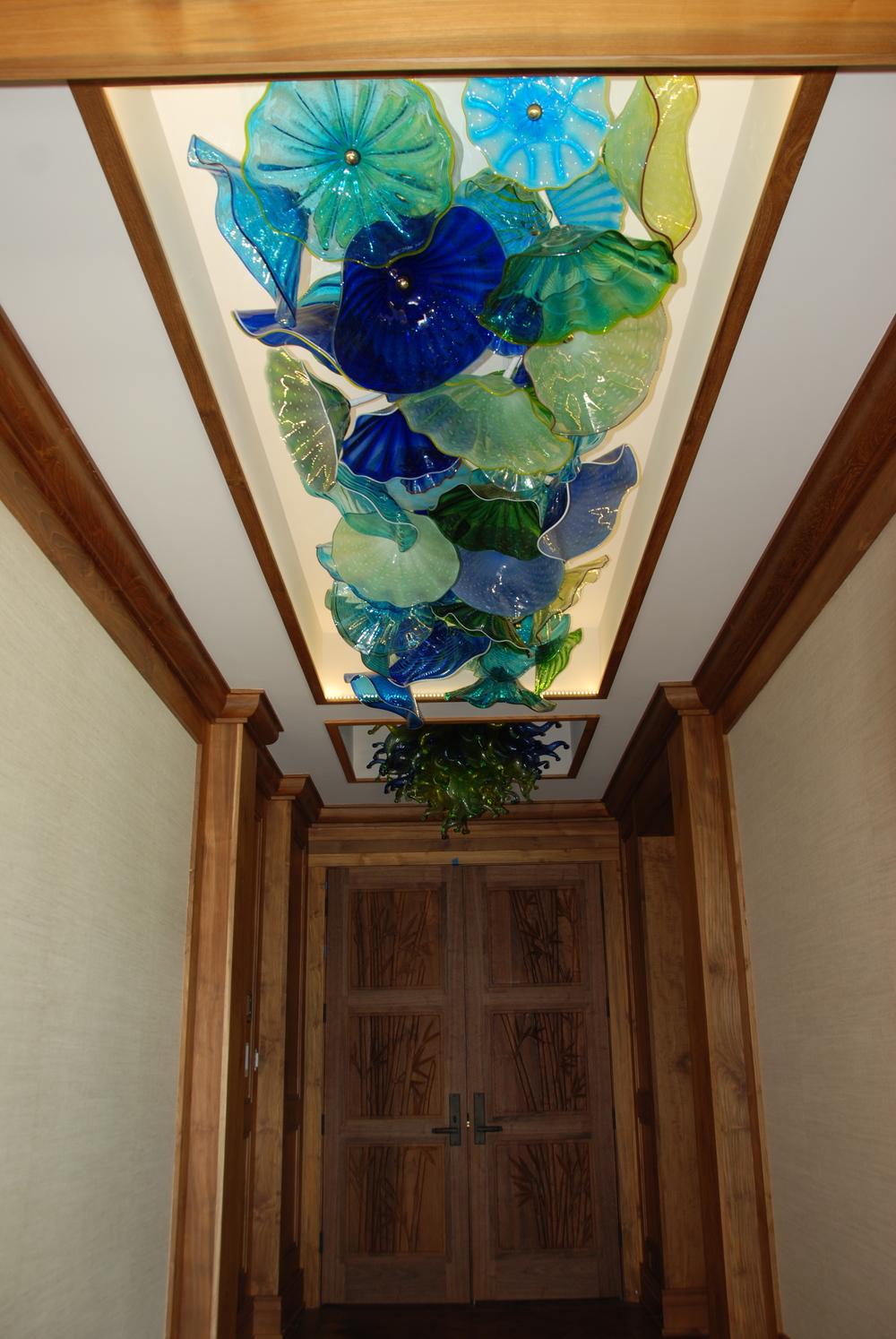 Стеклянный декор на потолке в прихожей