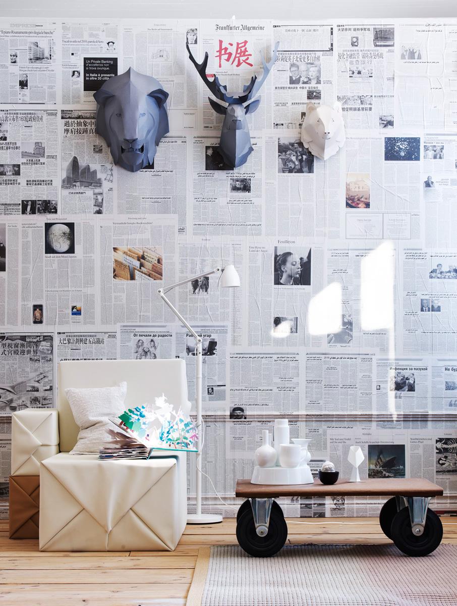 Декор стены газетами