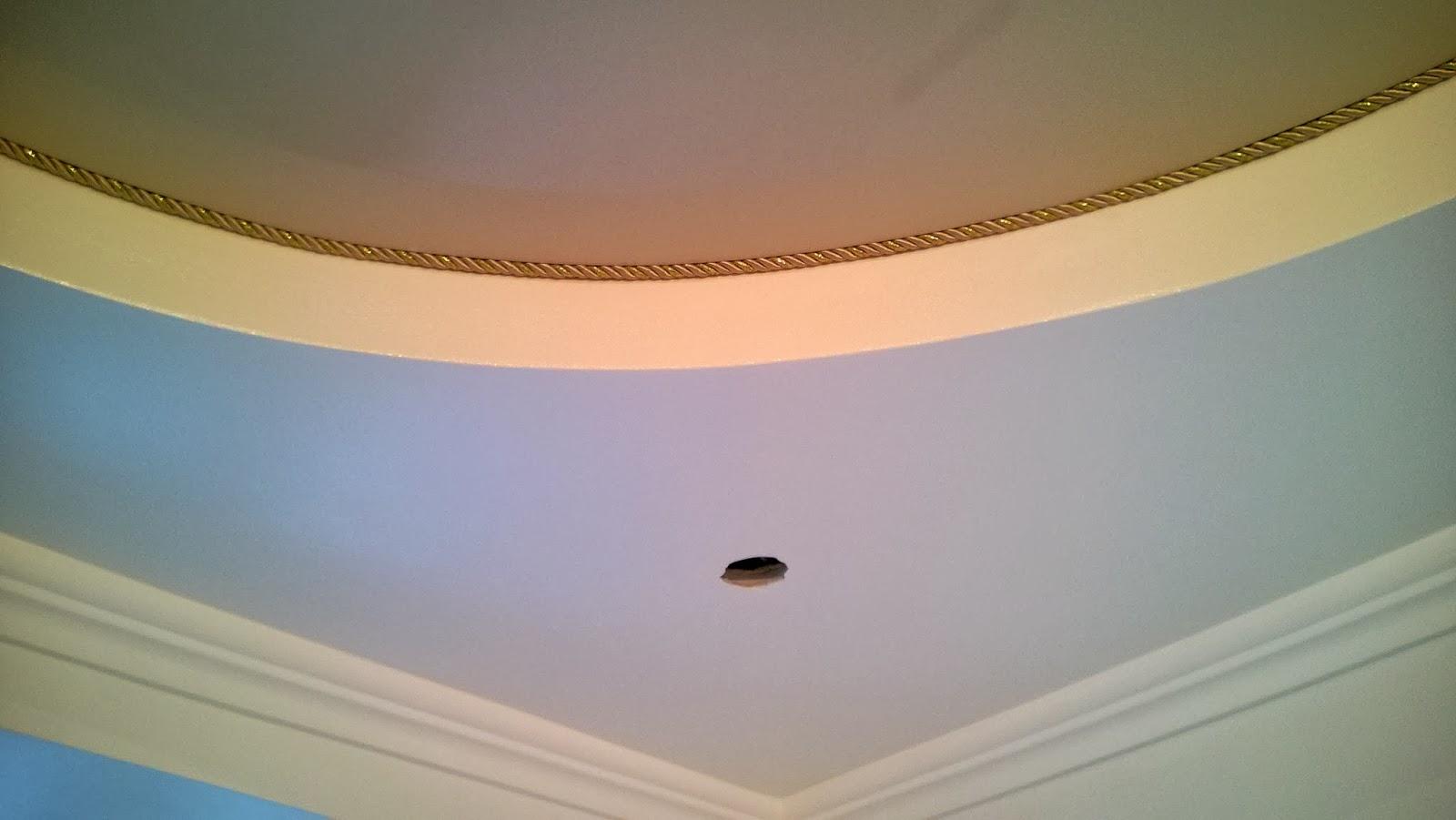 Бежевый потолок с декором
