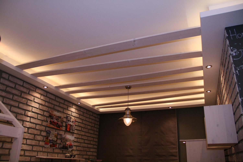 Декор из досок на потолке