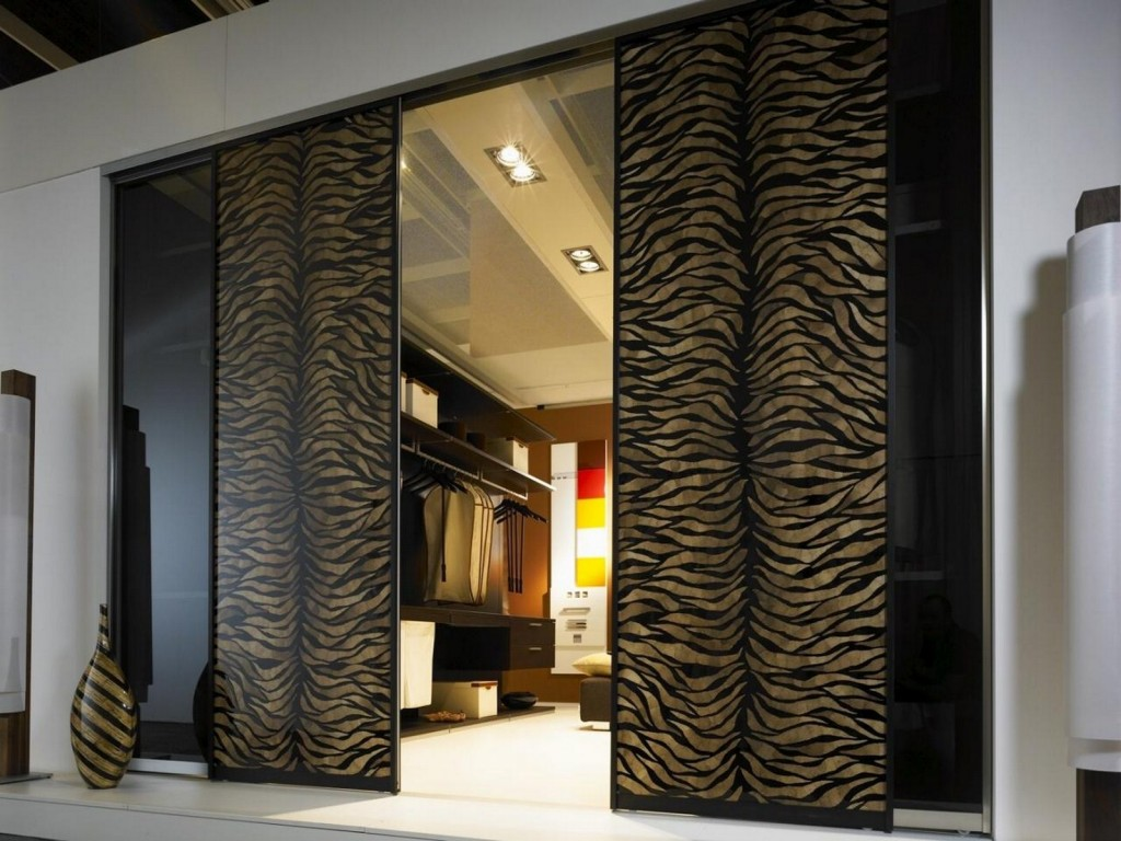 Двери с декором в гардеробную