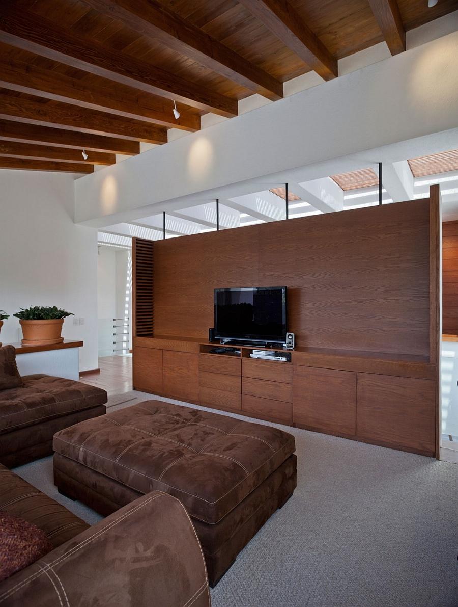Коричневый деревянный потолок