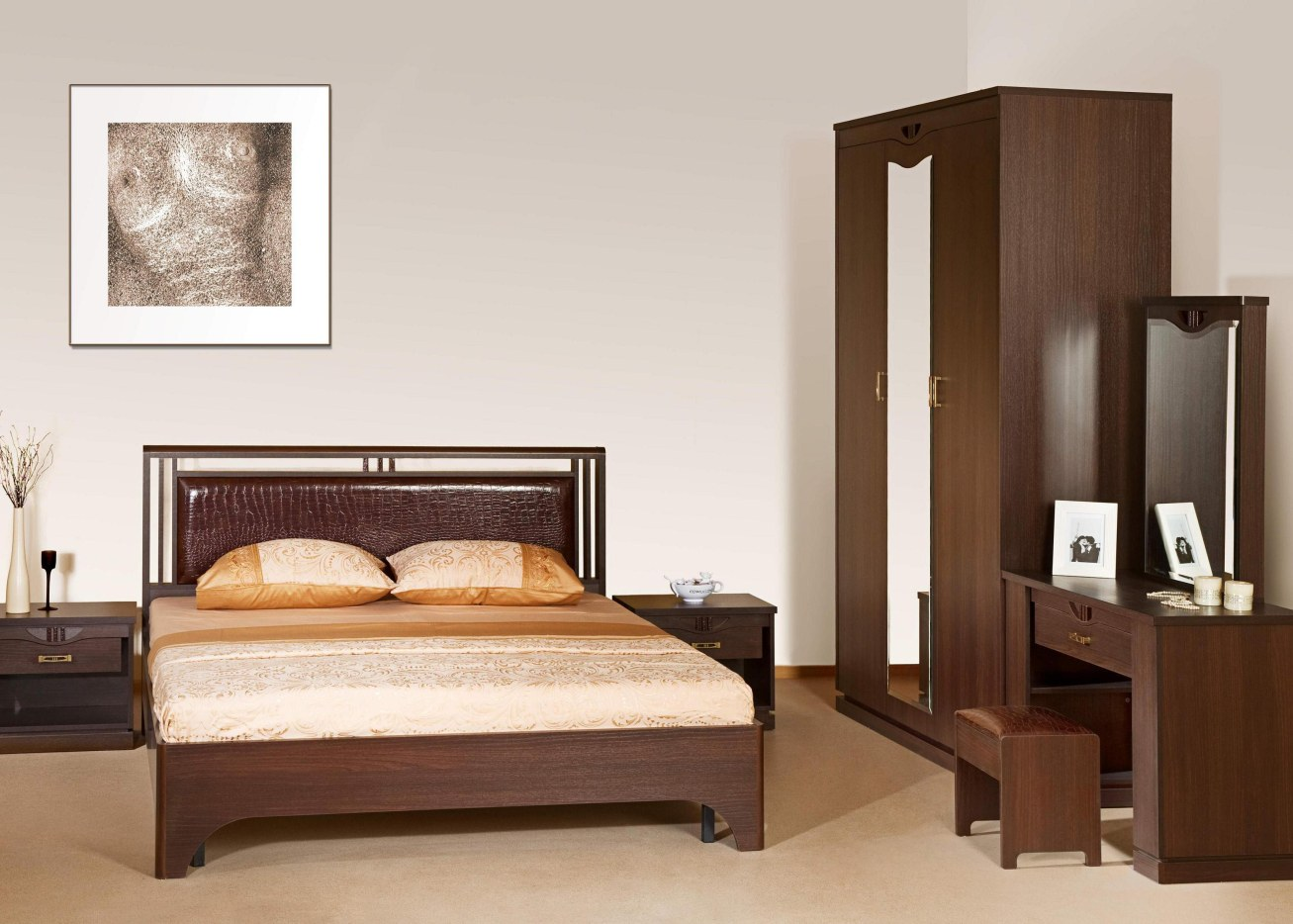 Деревянная глянцевая спальня